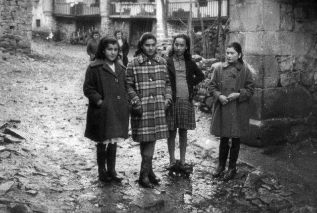 Las cuatro niñas en una calle del pueblo.