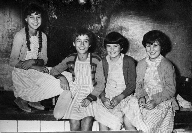 Las cuatro niñas juntas.