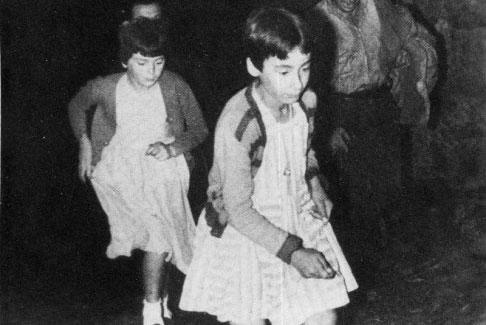 Mari Cruz y Jacinta corriendo.