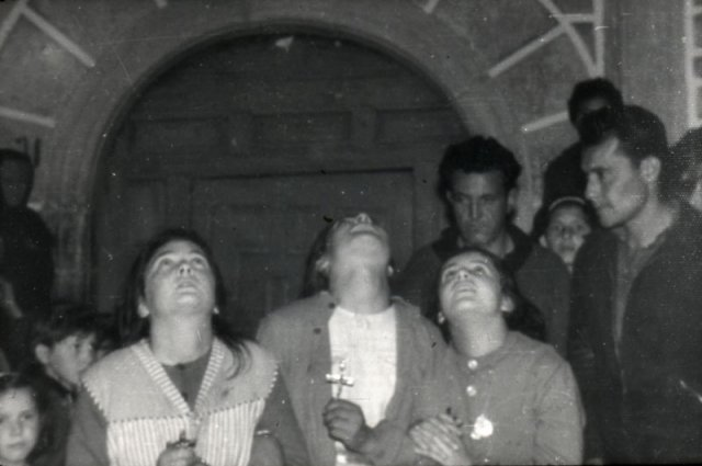 Loli, Conchita y Jacinta. Al fondo, la iglesia.