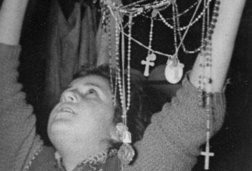 Mari Loli en éxtasis presentando rosarios a la Virgen.
