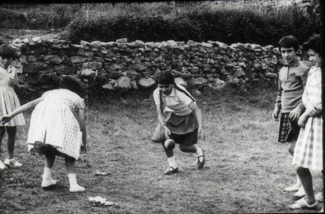 Las niñas jugando.